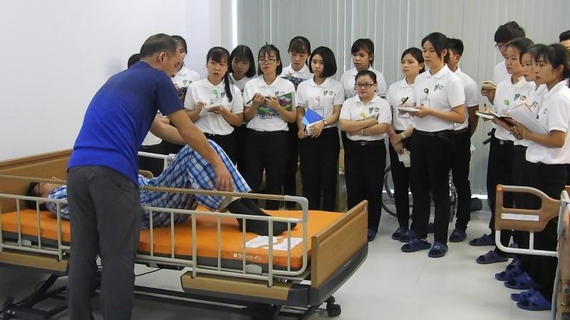 xuất khẩu lao động Nhật Bản nữ điều dưỡng