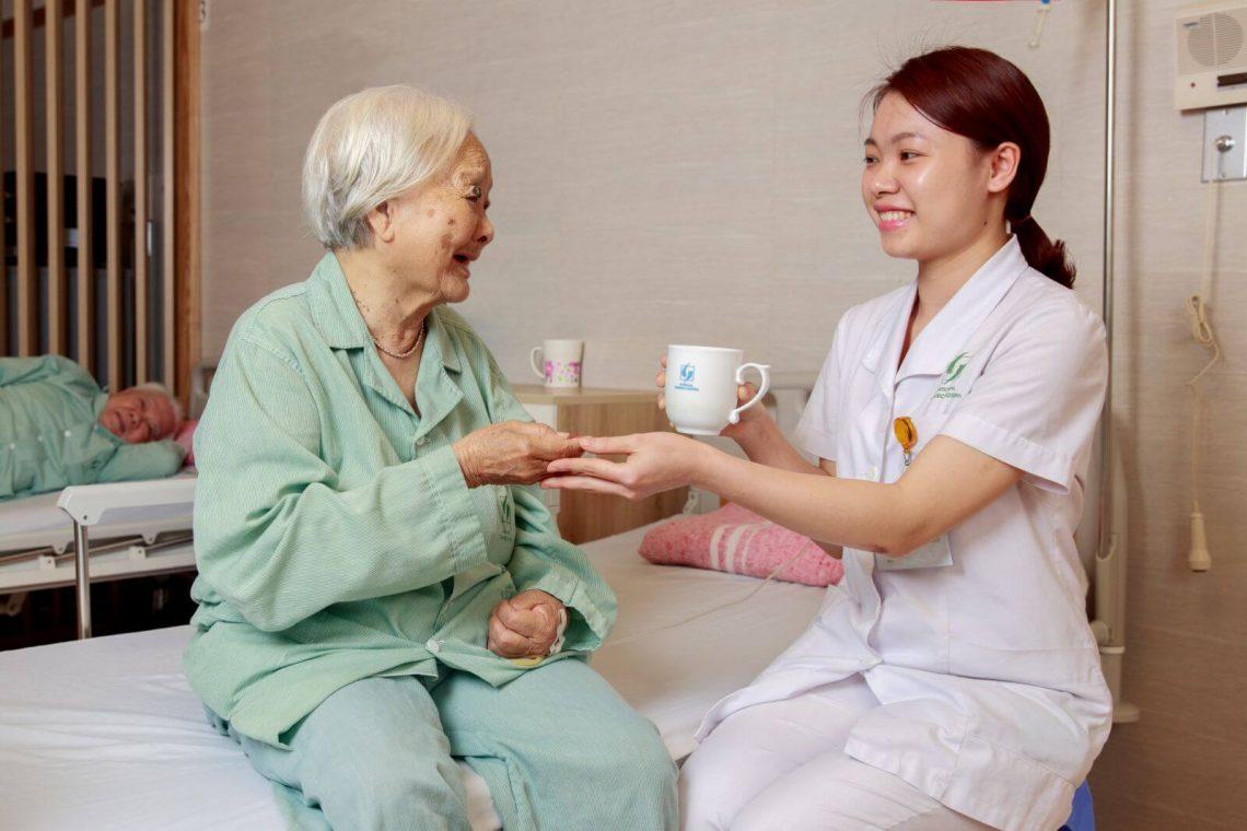 điều dưỡng chăm sóc người cao tuổi