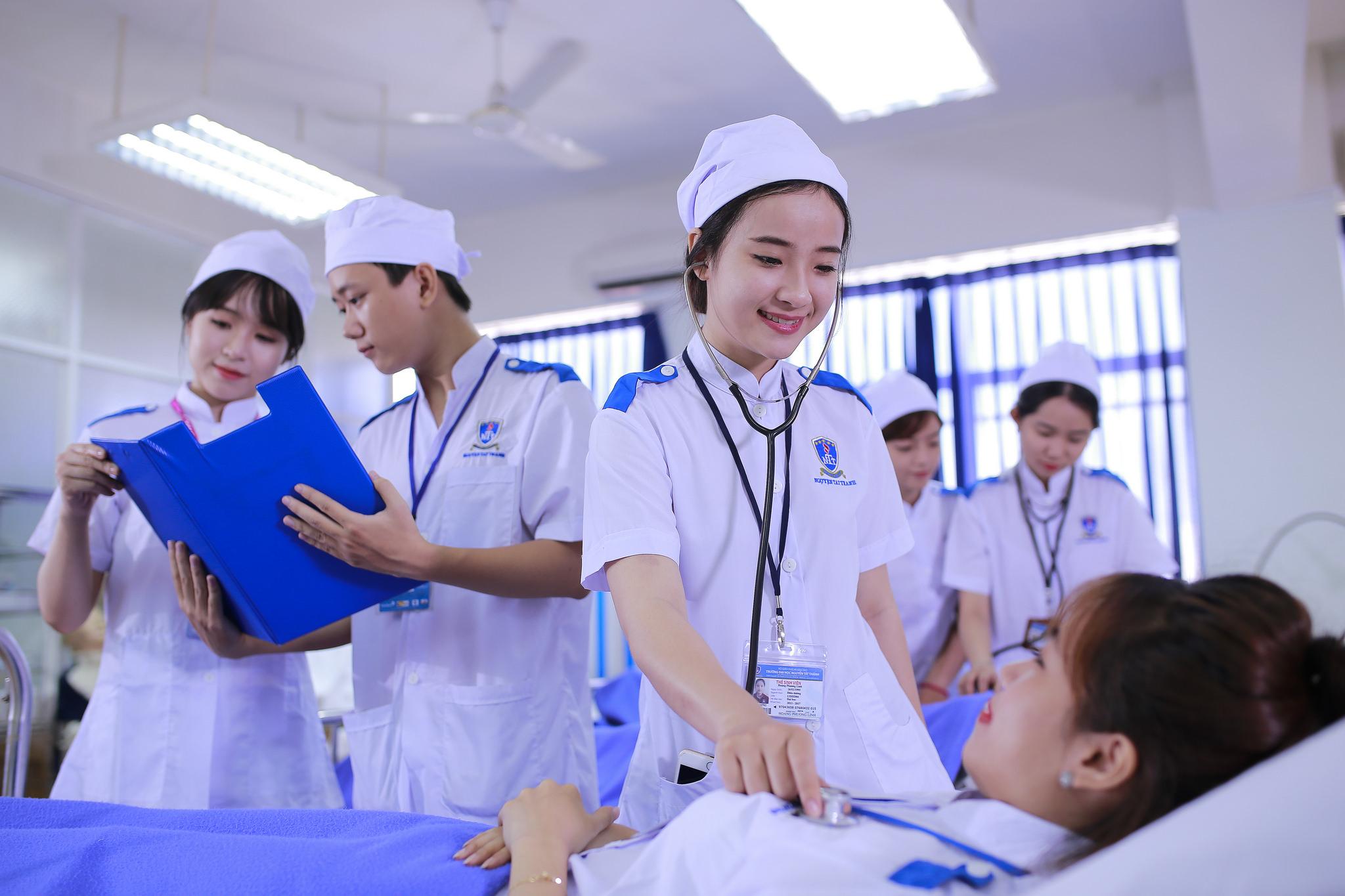 Vì sao nên du học ngành điều dưỡng tại Nhật? Khi lựa chọn du học ngành điều dưỡng tại Nhật, thông thường, bạn sẽ trải qua quá trình học trường tiếng và thực tập tại các viện dưỡng lão, trung tâm y tế. Du học ngành điều dưỡng có nhiều học bổng hỗ trợ học tập tối đa cho bạn: - Có cơ hội được học tập tại một trong những quốc gia có nền giáo dục hàng đầu trên thế giới - Được tài trợ 100% học phí trường tiếng, chi phí ký túc xá tại Nhật - Hỗ trợ thực tập ngay tại viện dưỡng lão, trung tâm y tế, bệnh viện,… với mức thu nhập đáng kể phục vụ chi tiêu hàng ngày - Có cơ hội học lên Đại học chuyên ngành Điều dưỡng – nhận công việc chính thức với mức lương cao ngất ngưởng sau khi ra trường