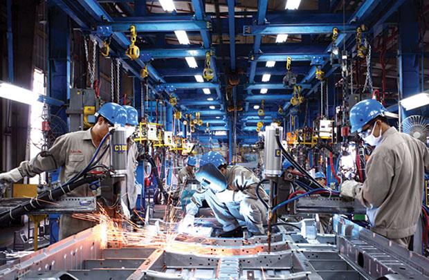 Ngành cơ khí, ô tô Sức mạnh nền kinh tế Nhật Bản xuất phát một phần từ ngành cơ khí. Quốc gia này đứng hàng đầu thế giới về sản xuất ô tô, các linh kiện điện tử, sản phẩm điện tử,... chuyên phục vụ cho các ngành công nghiệp kỹ thuật cao. Những thương hiệu như Toyota, Honda, Mitsubishi, Nissan,... đã quá quen thuộc với thế giới, khẳng định thế mạnh của Nhật trên thị trường cơ khí toàn cầu. Với tốc độ phát triển như vũ bão của ngành cơ khí, trong tương lai, đây sẽ là ngành công nghiệp mũi nhọn, đang có nhu cầu nguồn lớn về nhân lực, mở ra vô vàn cơ hội việc làm hấp dẫn cho du học sinh sau khi tốt nghiệp. Do đó, cơ khí - ô tô được đánh giá là một trong các ngành du học Nhật Bản được du học sinh chọn lựa nhiều nhất. du học nhật bản có những ngành gì Ngành cơ khí - ô tô đang rất phát triển tại Nhật. Theo Trung tâm Dự báo nhu cầu nhân lực và thông tin thị trường lao động TP. HCM, nhu cầu nhân lực ngành cơ khí hiện đang đứng đầu, chiếm tỷ lệ lên đến 25% nhu cầu lao động. Vì thế, khi tốt nghiệp ngành cơ khí tại Nhật với tấm bằng quốc tế, bạn dễ tìm cho mình những công việc có mức lương tốt tại các công ty liên doanh của Nhật hoặc các công ty có vốn đầu tư nước ngoài.